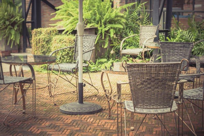 陈年桌椅用柳条编织而成 库存图片
