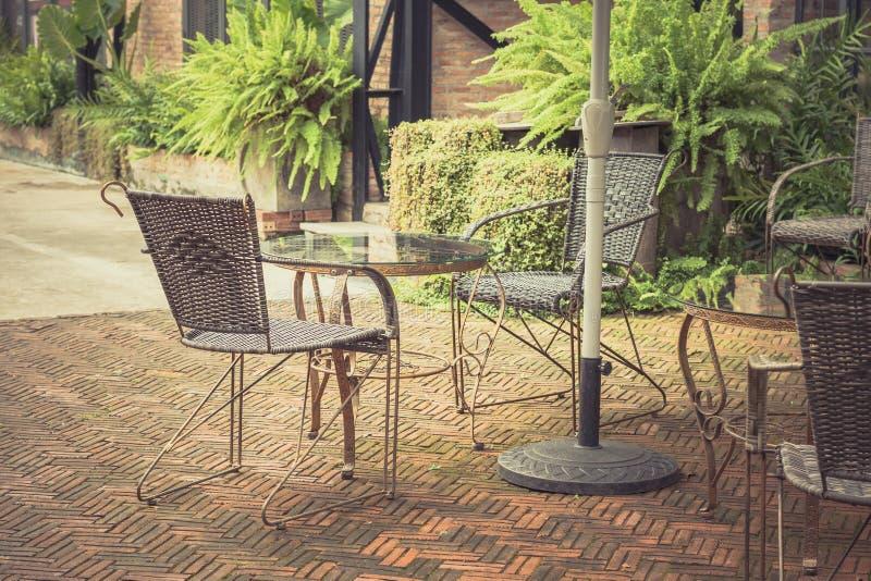 陈年桌椅用柳条编织而成 库存照片