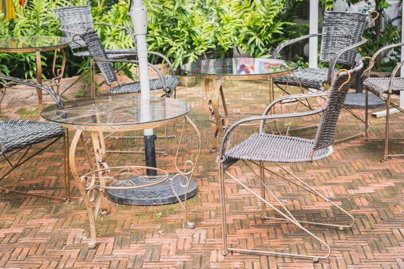 陈年桌椅用柳条编织而成 免版税库存照片