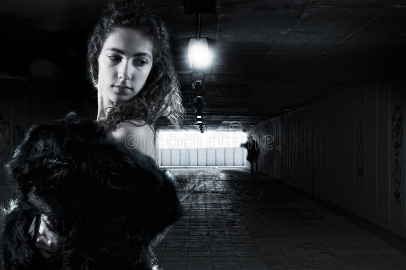 陌生人跟随的年轻女性 图库摄影