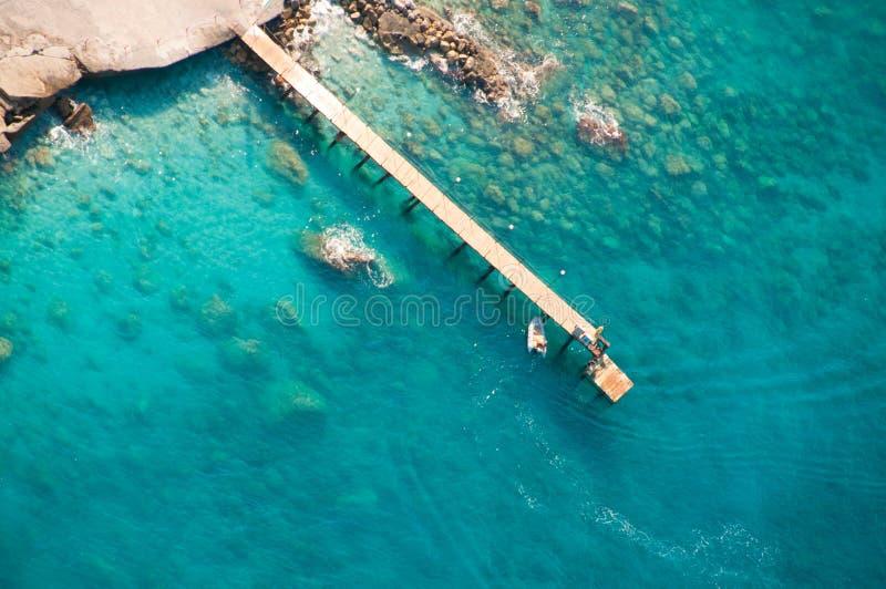 从降伞的看法在小船着陆 免版税库存图片