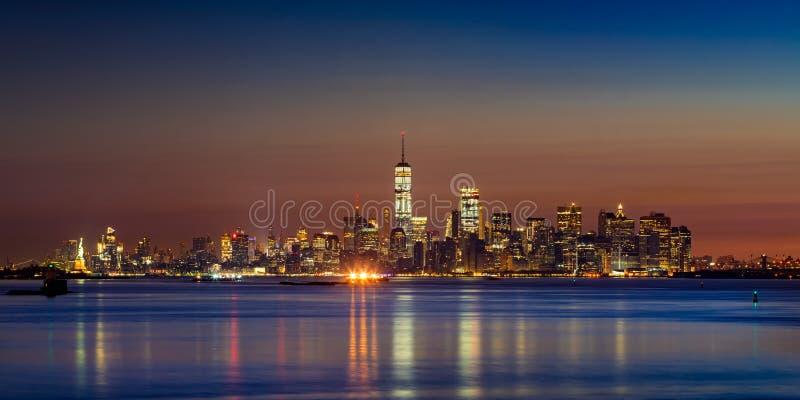降低从纽约港口的曼哈顿摩天大楼在日出 免版税库存图片