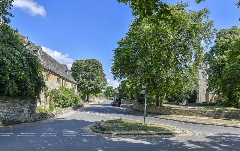 降低屠杀, COTSWOLDS,格洛斯特郡,英国Cotswold石头村庄在夏天下午阳光下 库存照片