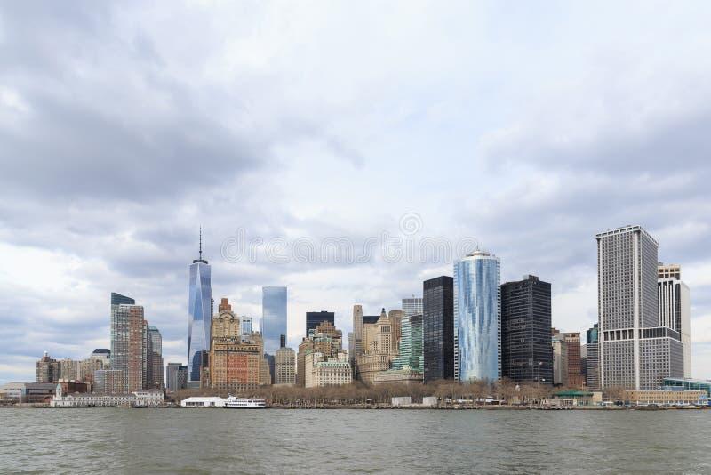 降低曼哈顿和世界贸易中心一号大楼或者自由塔 免版税库存照片