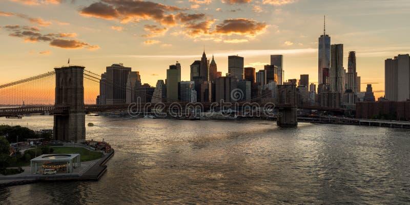 降低曼哈顿和布鲁克林大桥在日落 城市纽约 免版税库存图片