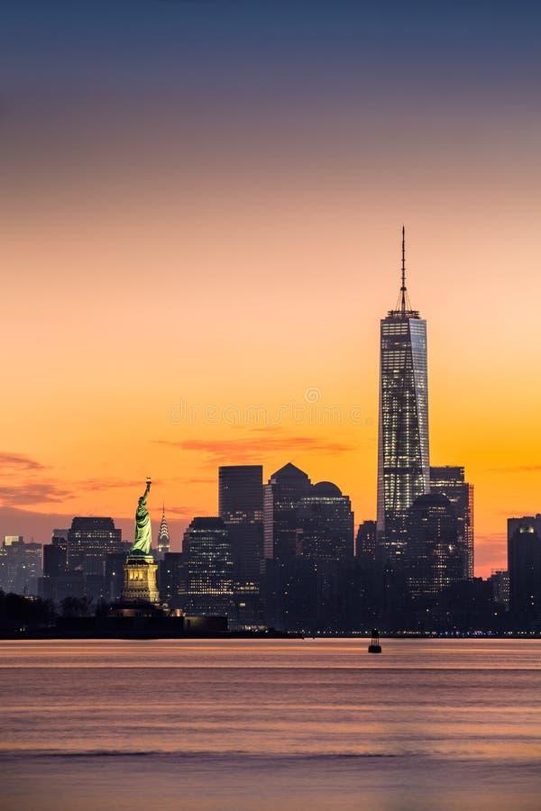 降低曼哈顿和自由女神像在日出 免版税库存图片