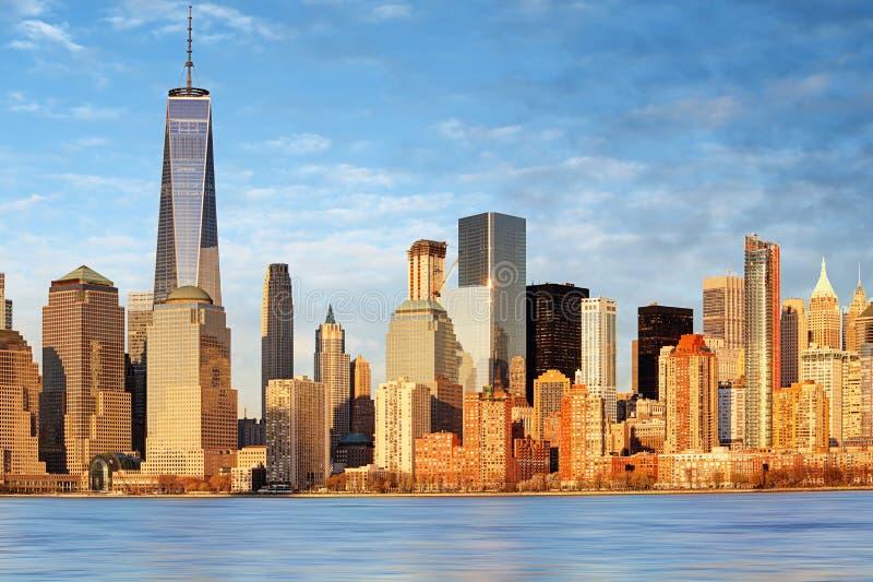 降低曼哈顿摩天大楼和世界贸易中心一号大楼,纽约 免版税库存图片