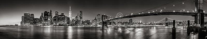 降低曼哈顿财政区摩天大楼在暮色全景黑&白色 城市纽约 库存图片
