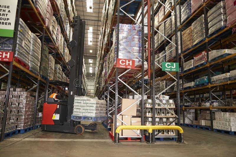 降低股票在配给物仓库里使用走道卡车 库存照片