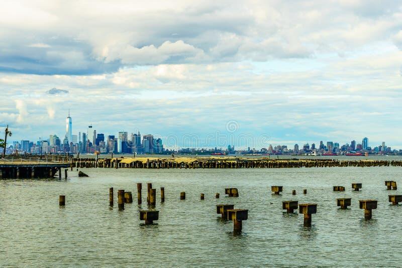 降低从史泰登岛看的曼哈顿地平线 免版税库存照片