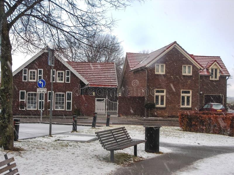 降雪在冬天荷兰镇海尔伦 免版税库存照片