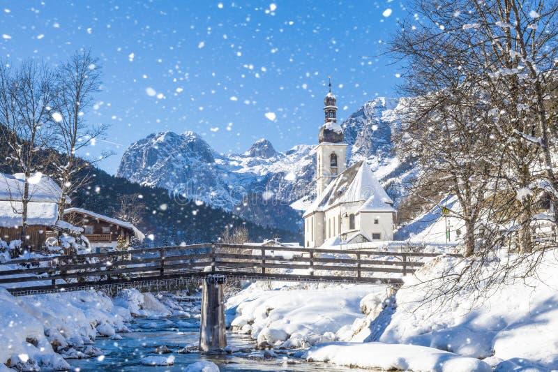 降雪在拉姆绍,教区教堂圣巴斯弟盎在冬天,拉姆绍,贝希特斯加登,巴伐利亚 免版税库存图片