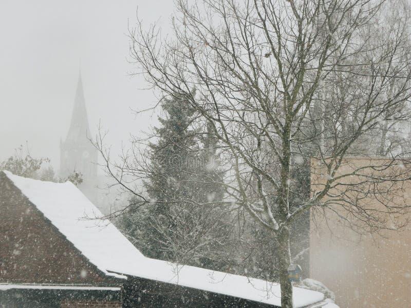 降雪的雪树教会 库存图片