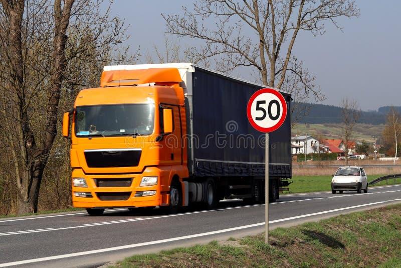 限制交通的速度对50 km/h的 在高速公路的路标 交通安全  乘客和carg的马达运输 免版税库存照片
