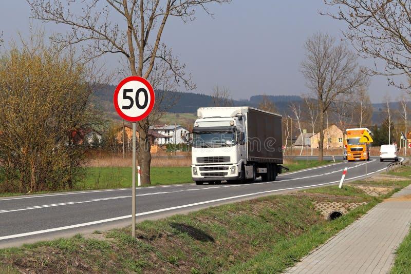 限制交通的速度对50 km/h的 在高速公路的路标 交通安全  乘客和carg的马达运输 免版税库存图片