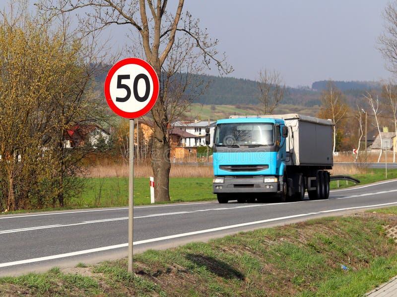 限制交通的速度对50 km/h的 在高速公路的路标 交通安全  乘客和carg的马达运输 免版税图库摄影