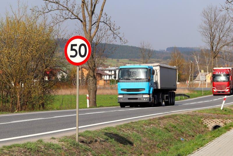 限制交通的速度对50 km/h的 在高速公路的路标 交通安全  乘客和carg的马达运输 图库摄影