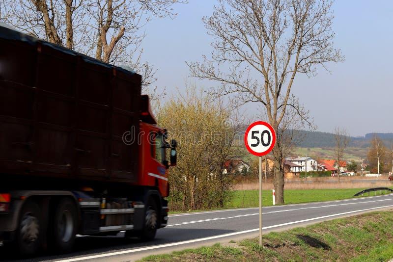 限制交通的速度对50 km/h的 在高速公路的路标 交通安全  乘客和carg的马达运输 库存图片