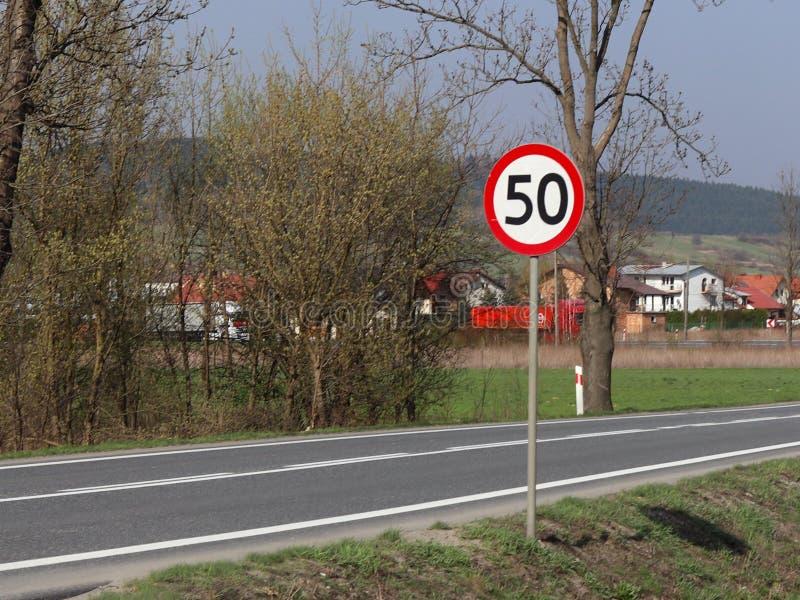 限制交通的速度对50 km/h的 在高速公路的路标 交通安全  库存图片