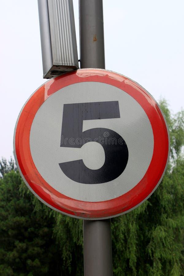 限速区域警告路标,被隔绝禁止5 Km公里 库存照片