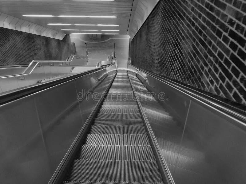 陡峭和长的地下自动扶梯 图库摄影