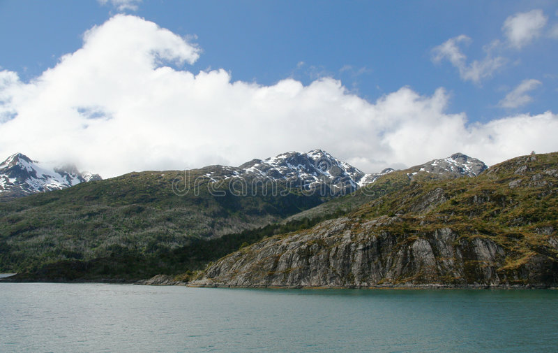 陡峭小山的山 免版税图库摄影