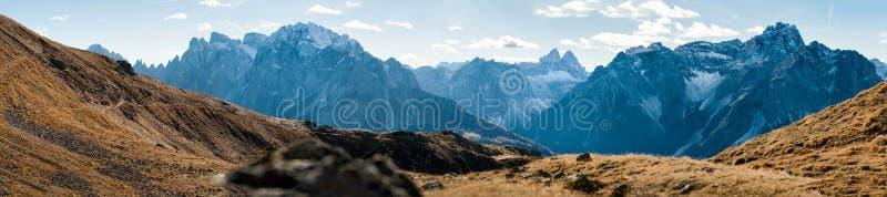 陡峭的山全景  免版税库存照片