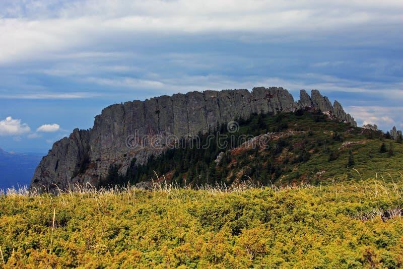 陡峭的山峰的壮观的看法 免版税库存图片