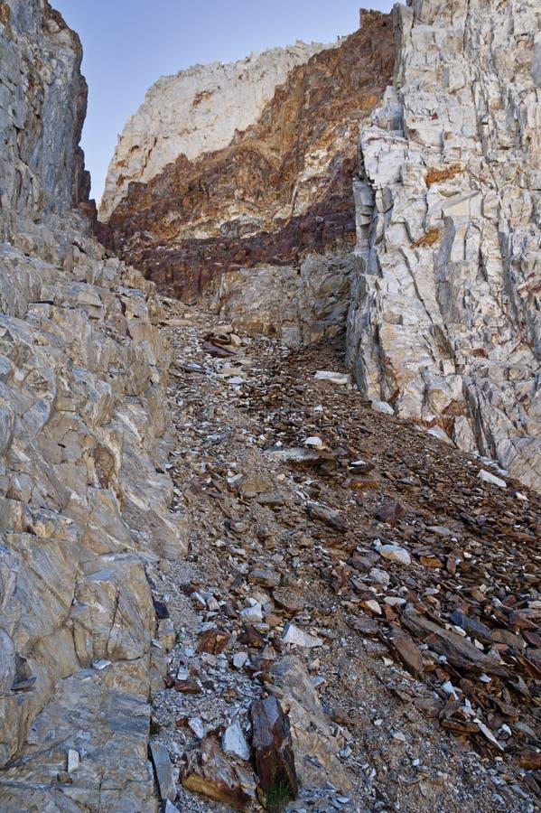 陡峭的岩石沟壑 免版税图库摄影
