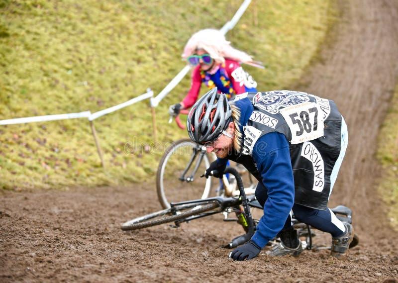陡峭的攀登的山骑自行车的人 免版税图库摄影