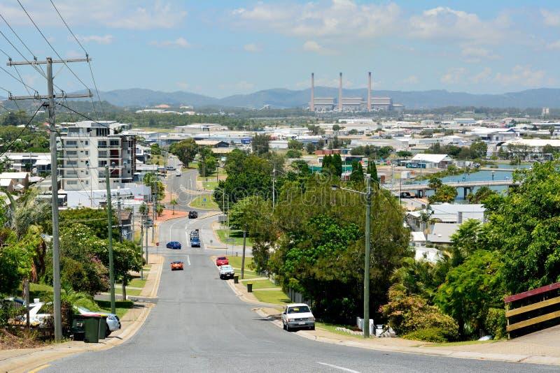 陡峭的街道在旅行提包,澳大利亚一个多小山邻里  免版税库存照片