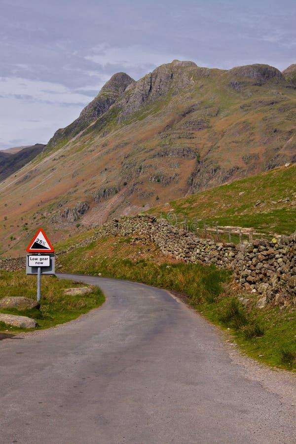 陡峭cumbria的路 库存图片