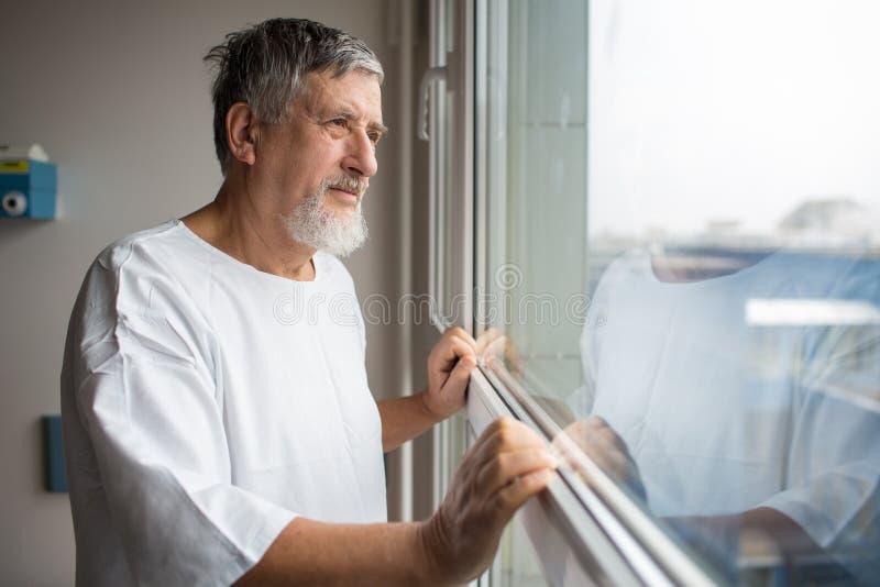 医院的患者,看从一个窗口在他的屋子里 免版税库存图片