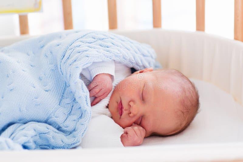 医院轻便小床的新出生的男婴 免版税图库摄影