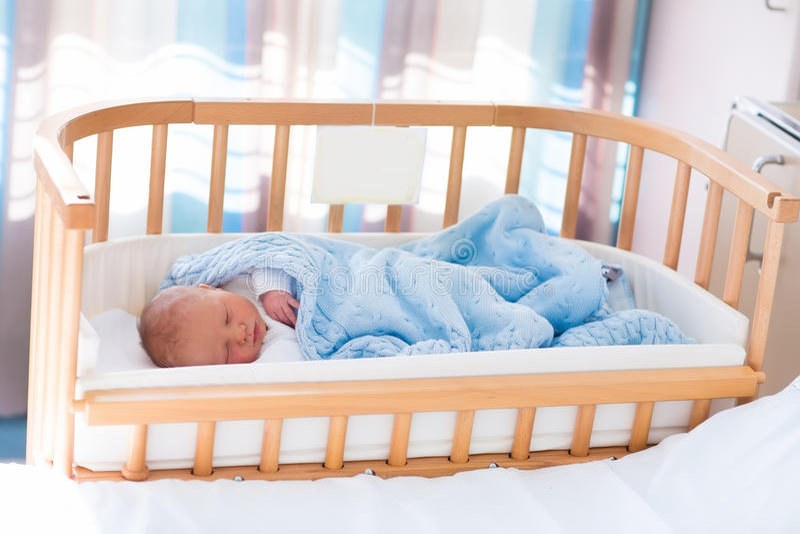 医院轻便小床的新出生的男婴 库存图片