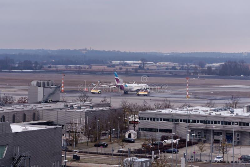 除冰飞机在机场在冬天 库存图片