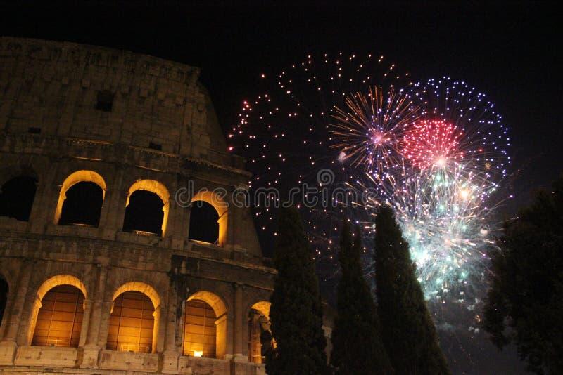 除夕在罗马,在colosseum的烟花 免版税库存图片