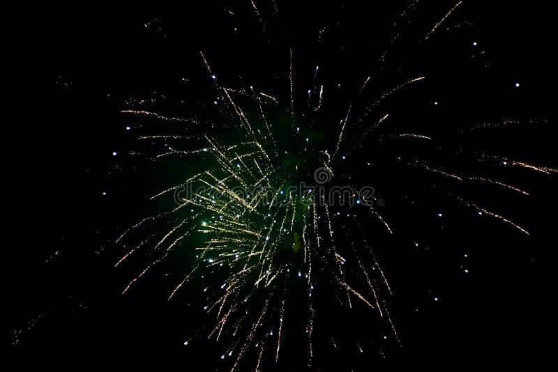 除夕烟花,爆炸五颜六色与在夜空的许多火花的几枚火箭 免版税库存图片