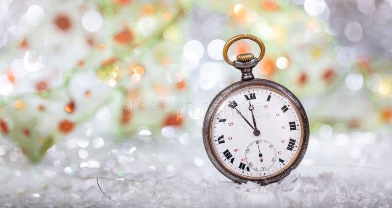 除夕读秒 分钟对在一只老怀表的半夜12点,bokeh背景 免版税图库摄影