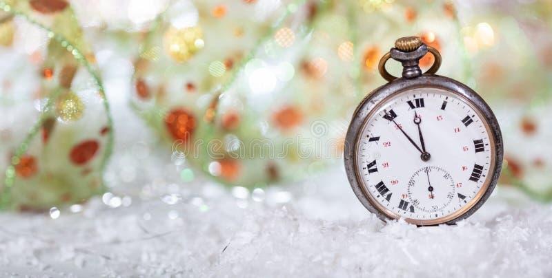 除夕读秒 分钟对在一块老手表的半夜12点,bokeh背景 免版税库存照片