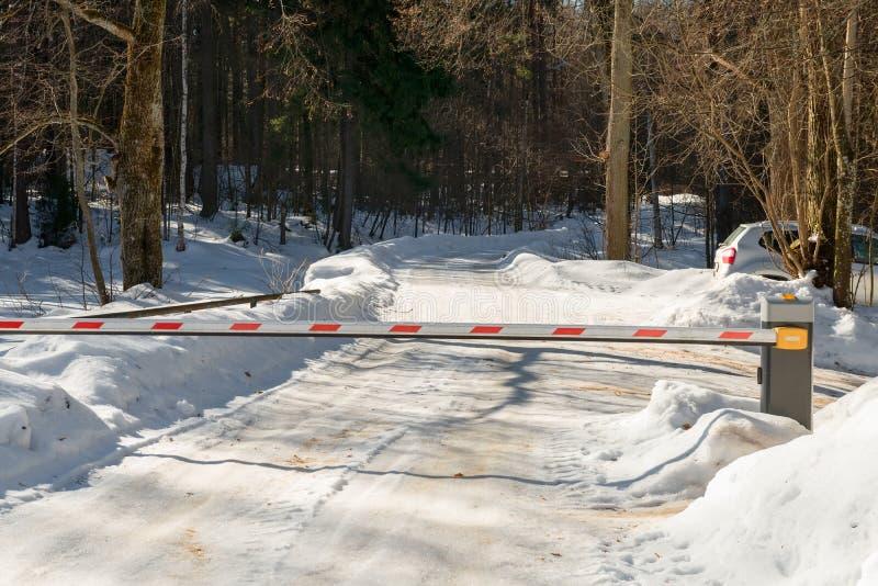 除段落的一个障碍在一条路在冬天森林里 免版税库存图片