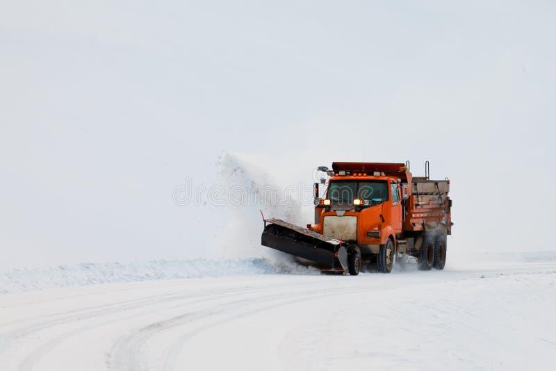 除雪机在冬天风暴飞雪的结算路 库存图片