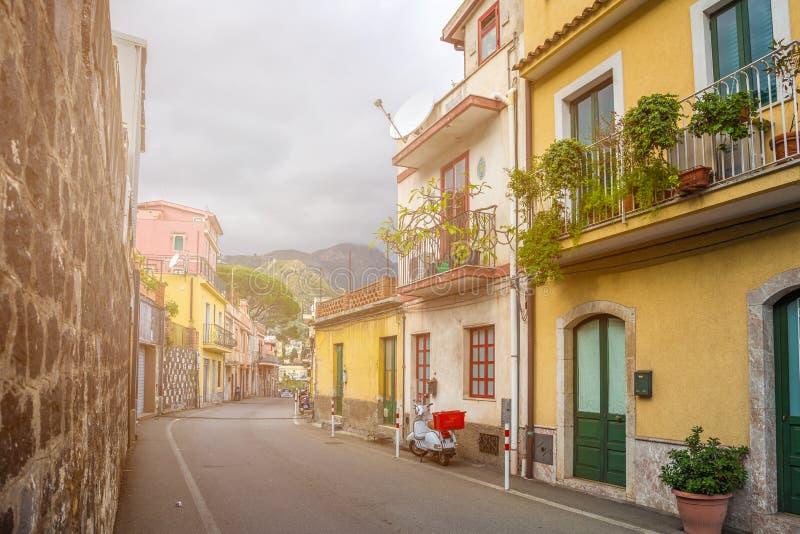陶尔米纳,西西里岛-陶尔米纳典型的意大利浪漫街道  免版税图库摄影
