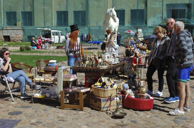 """陶格夫匹尔斯/拉脱维亚†""""2018年5月5日:跳蚤市场是在度假在陶格夫匹尔斯堡垒 库存照片"""