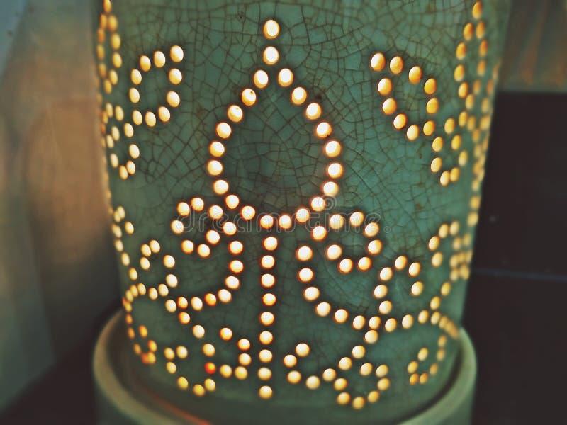 陶瓷分散器充满自然精油稀释了轻的蜡烛 图库摄影