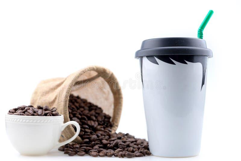 陶瓷咖啡杯是一张男性图画安置用咖啡豆 免版税库存照片