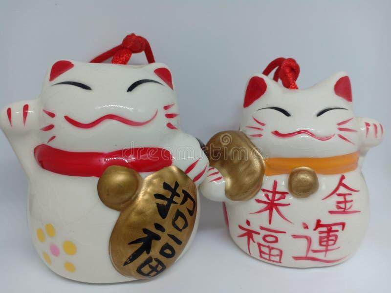 陶瓷在白色背景的maneki-neko日本幸运的猫 库存照片