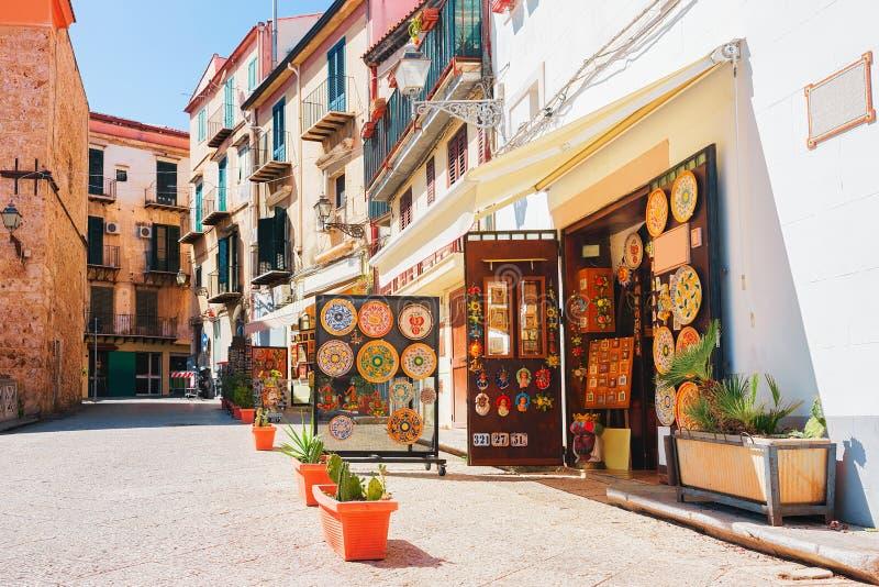陶瓷在蒙雷阿莱西西里岛街道的纪念品店  免版税库存图片