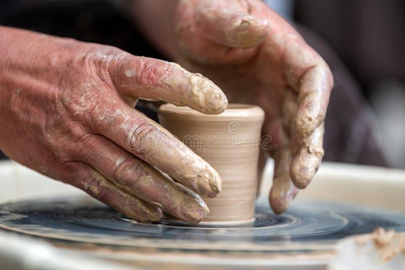 陶瓷工在横式转盘做瓦器盘 免版税库存图片
