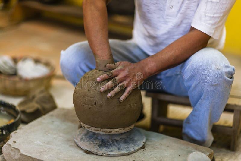 陶瓷工在车间 免版税库存照片